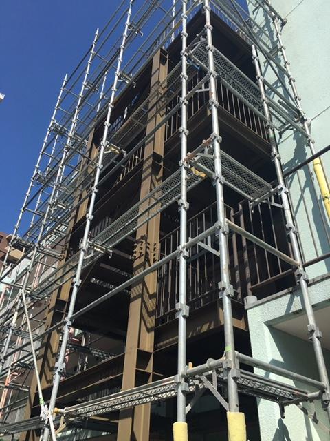 東京都大田区 5階建てマンションの鉄骨階段塗り替えが始まりました!