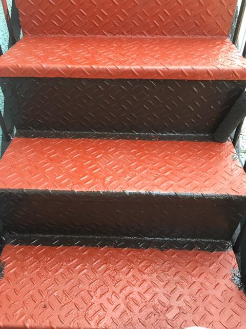 東京都大田区5階建てマンションの鉄骨階段の塗り替えが始まりました!~8月25日更新より続き~